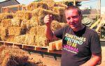 Он строит дом из соломы и глины. Это первый такой дом в городском пространстве