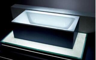 Асимметричная ванна с поверхностью для сидения и полкой