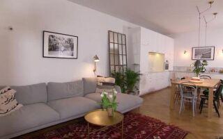 Пломбированная квартира, обогащенная золотыми элементами и натуральными материалами