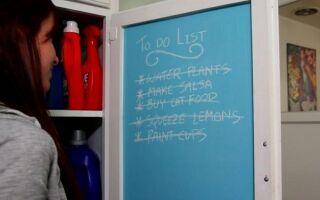 Рисунок 10: Блокнот с краской панели на дверце шкафа