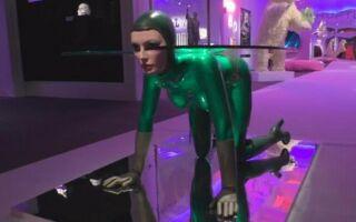 Женщина-стол выставлен на продажу. Скульптура стоит почти полмиллиона евро