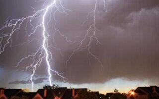 Штормовой сезон в полном объеме. Как защитить дом и электронику от молнии?