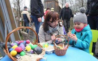 Пасха весело. Śmigus-dyngus, ищет кролика и шипящих яиц